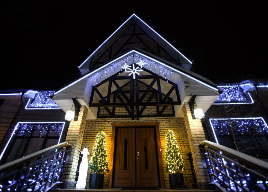 Светодиодные декорации фасадов и зданий перед новогодними праздниками